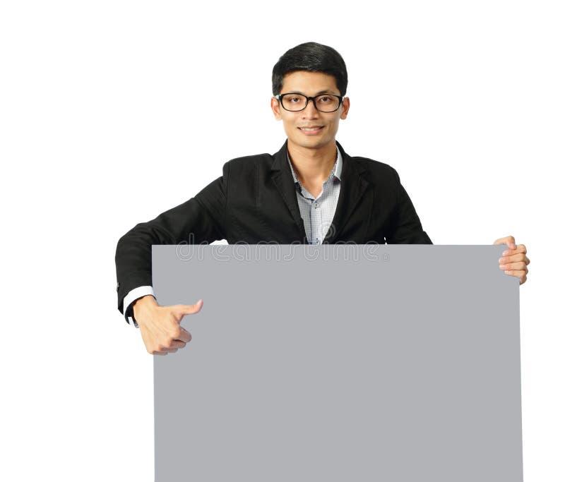 Giovane uomo d'affari asiatico che mostra il percorso di ritaglio in bianco dell'insegna fotografie stock libere da diritti