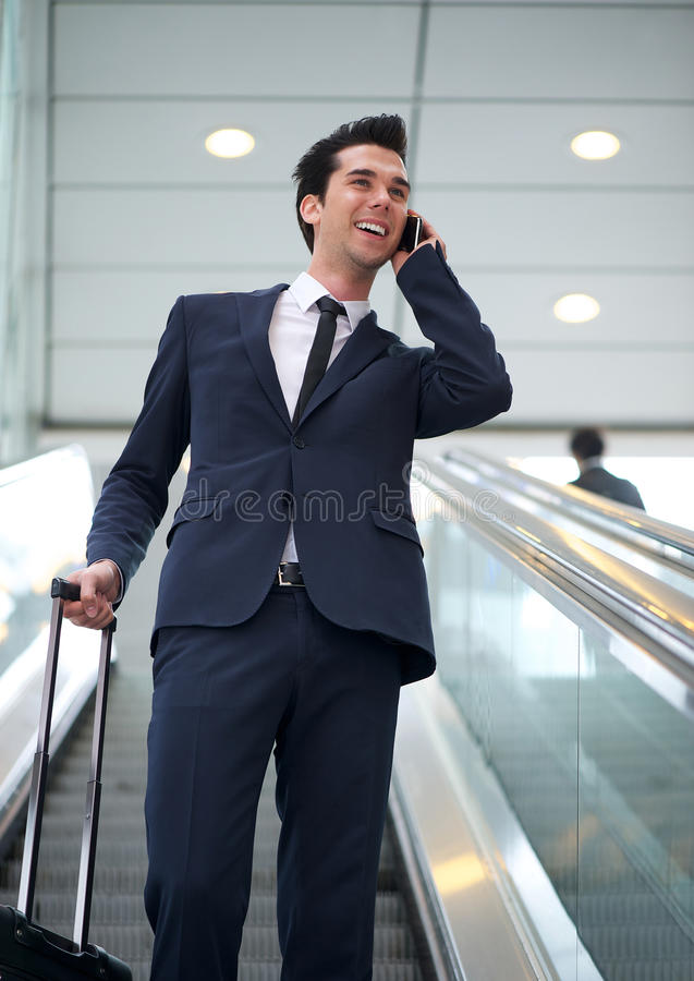 Giovane uomo d'affari attraente che parla sul telefono cellulare immagini stock