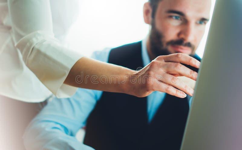 Giovane uomo d'affari barbuto che lavora all'ufficio Sguardo di pensiero dell'uomo di direttore in computer del monitor Riunione  fotografie stock libere da diritti