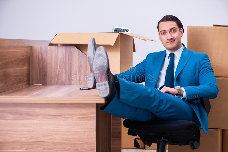 Giovane uomo d'affari bello che è infornato dal suo lavoro fotografia stock