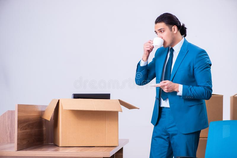 Giovane uomo d'affari bello che è infornato dal suo lavoro fotografia stock libera da diritti