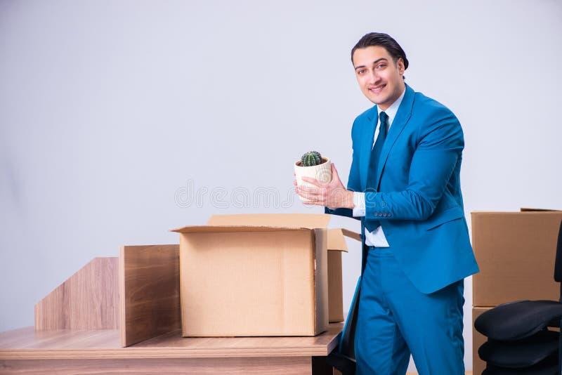 Giovane uomo d'affari bello che è infornato dal suo lavoro fotografie stock
