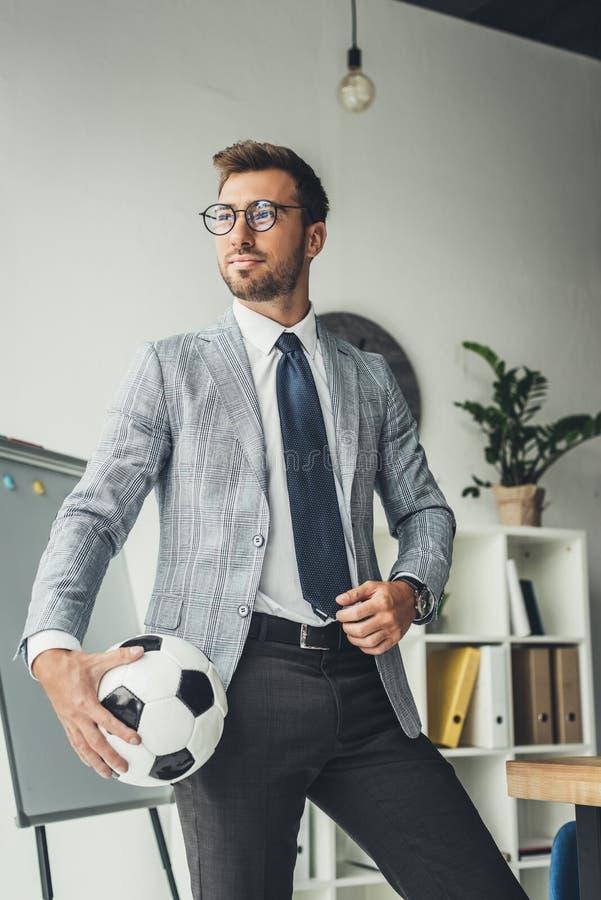 giovane uomo d'affari bello con pallone da calcio fotografia stock libera da diritti