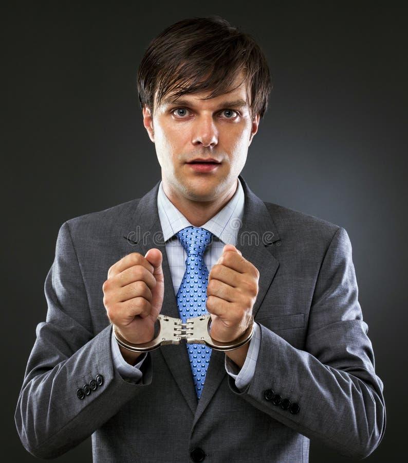 Giovane uomo d'affari caucasico con le mani ammanettate immagine stock