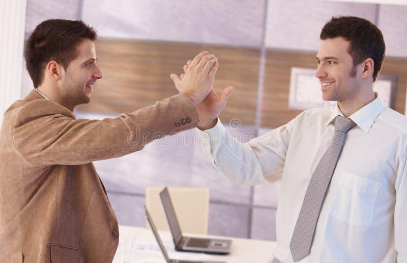 Giovane uomo d'affari che celebra sorridere di successo fotografia stock