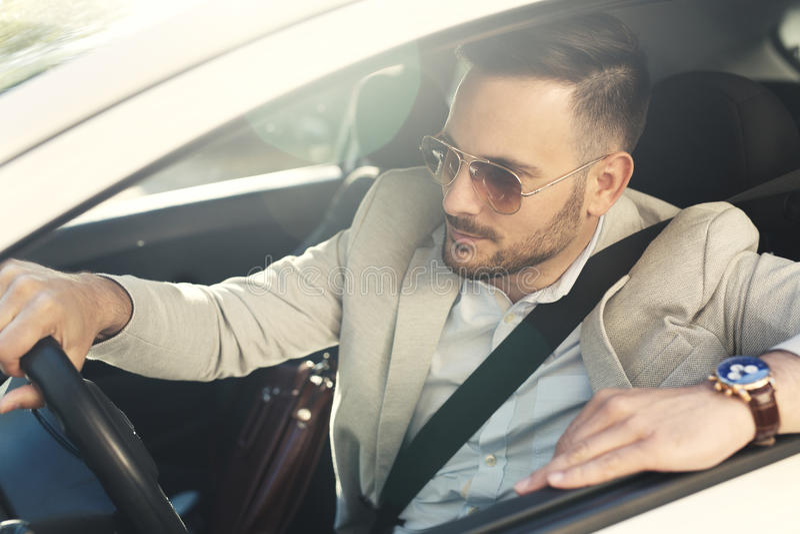 Giovane uomo d'affari che conduce automobile immagine stock libera da diritti