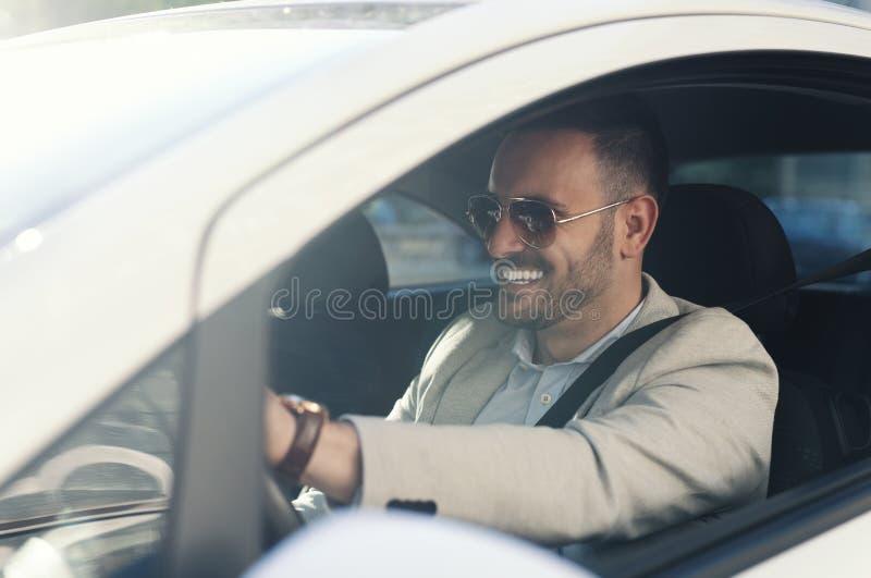 Giovane uomo d'affari che conduce automobile fotografia stock libera da diritti