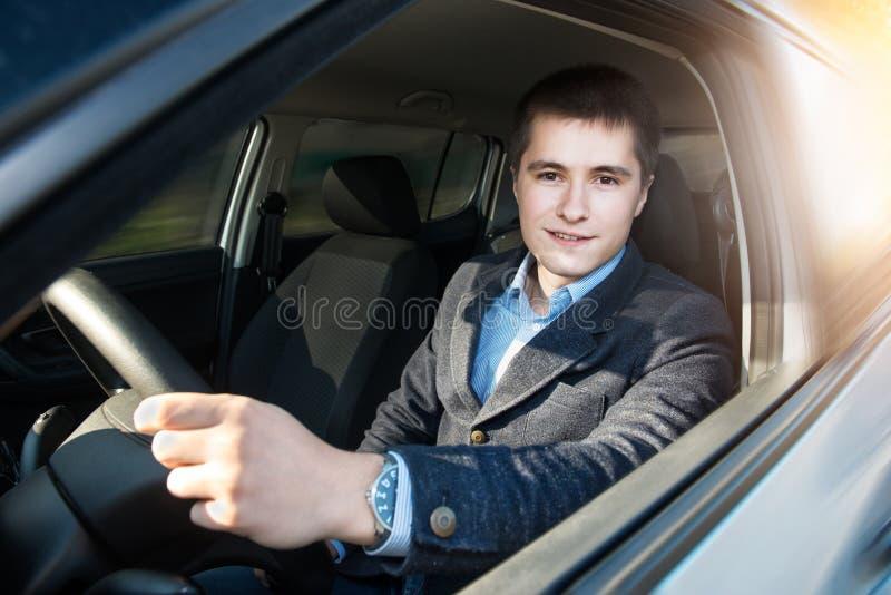 Giovane uomo d'affari che conduce un'automobile fotografie stock libere da diritti