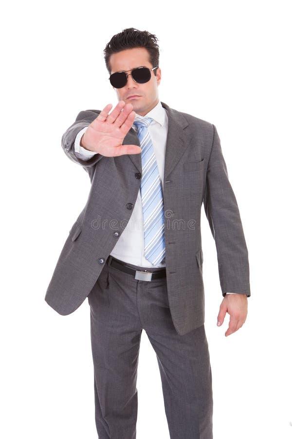Giovane uomo d'affari che gesturing il fanale di arresto fotografie stock libere da diritti