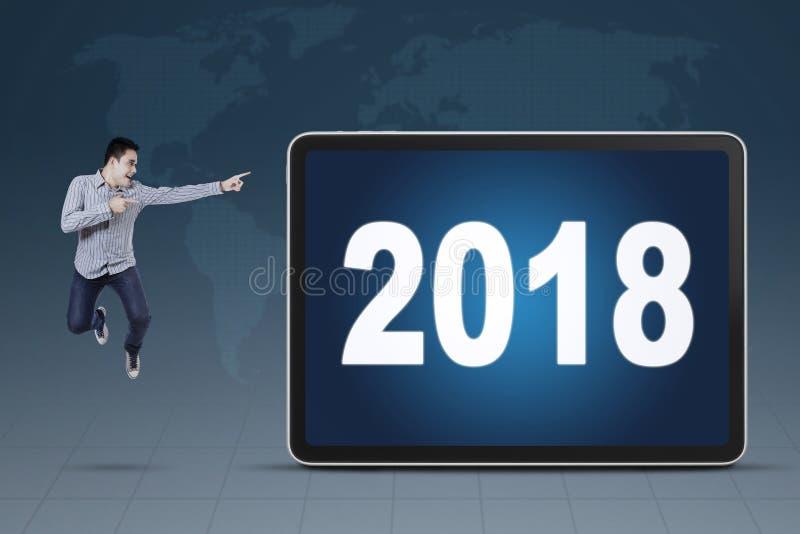 Giovane uomo d'affari che indica ai numeri 2018 immagini stock libere da diritti