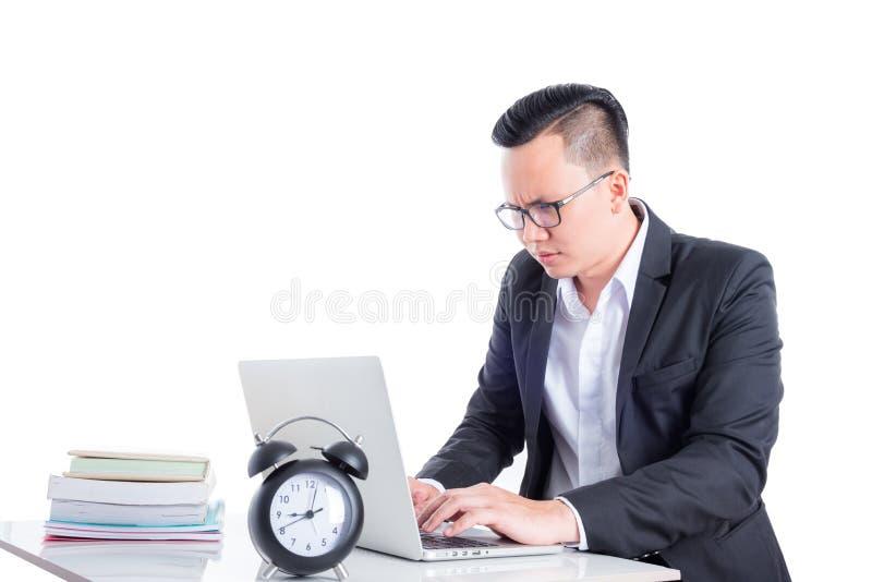 Giovane uomo d'affari che lavora con il computer portatile fotografie stock libere da diritti