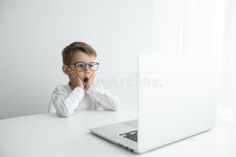 Giovane uomo d'affari che lavora con il computer portatile all'ufficio immagini stock