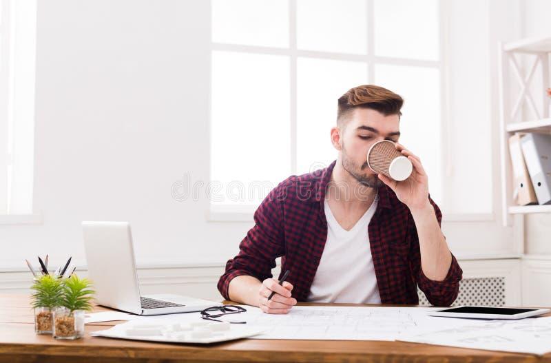 Giovane uomo d'affari che lavora con le carte immagine stock