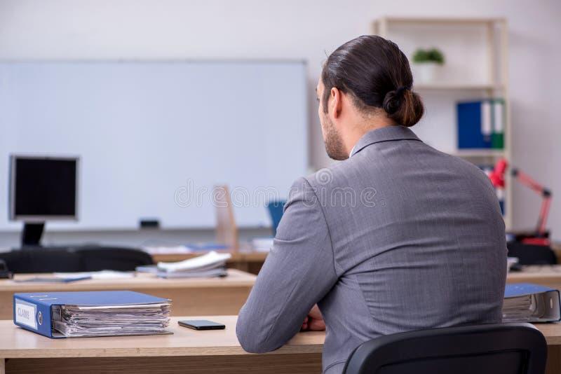 Giovane uomo d'affari che lavora in ufficio immagine stock