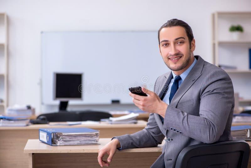 Giovane uomo d'affari che lavora in ufficio fotografia stock libera da diritti