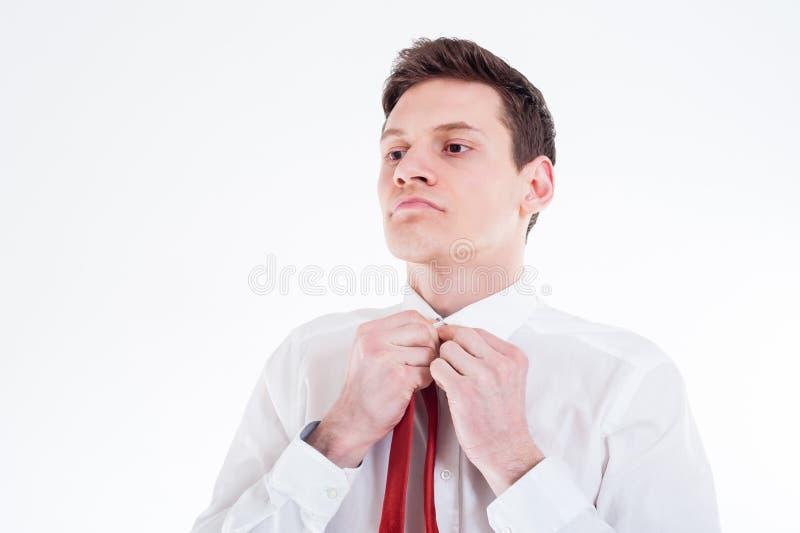 Giovane uomo d'affari che lega un legame rosso immagine stock