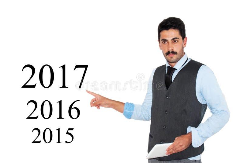 Giovane uomo d'affari che mostra business plan 2017 immagini stock