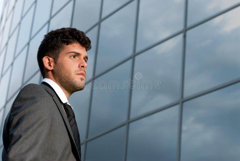 Giovane uomo d'affari che osserva al buon futuro fotografie stock libere da diritti