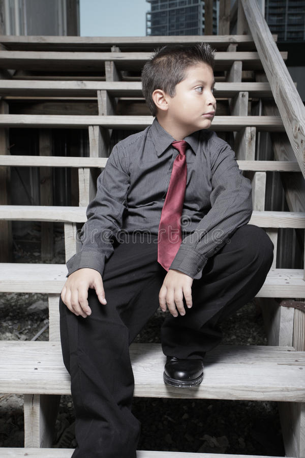 Giovane uomo d'affari che si siede sulle scale fotografie stock