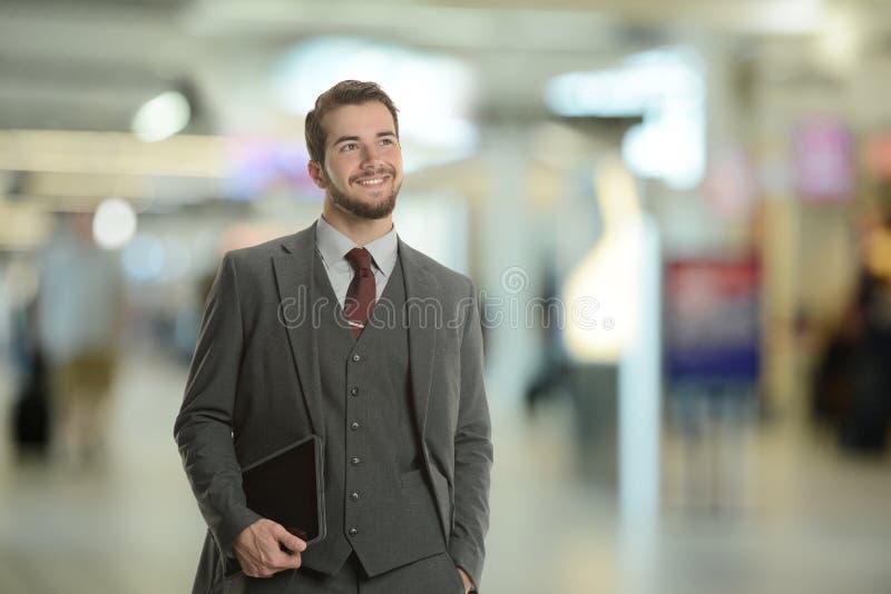Giovane uomo d'affari che tiene un ridurre in pani fotografia stock libera da diritti