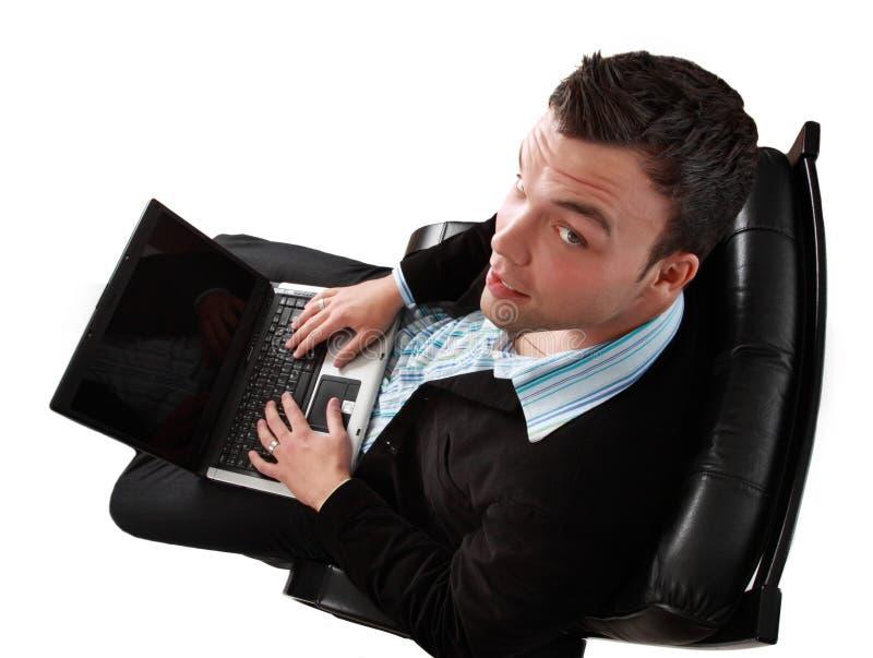 Giovane uomo d'affari con il computer portatile fotografie stock libere da diritti