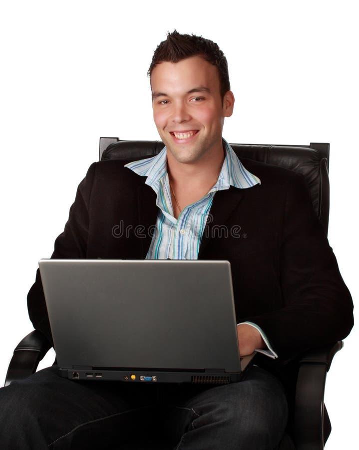 Giovane uomo d'affari con il computer portatile immagini stock
