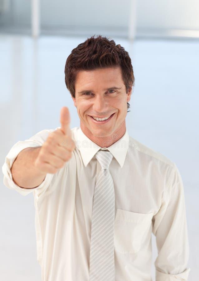 Giovane uomo d'affari con il pollice fino alla macchina fotografica fotografie stock libere da diritti
