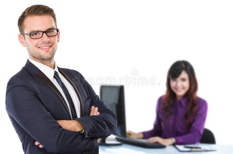 Giovane uomo d'affari con il suo partner ai precedenti fotografie stock libere da diritti