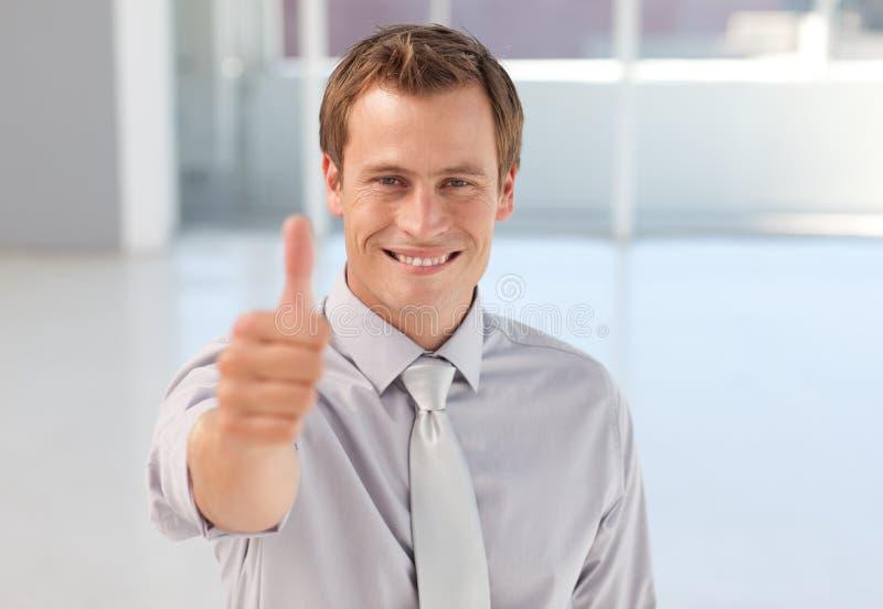 Giovane uomo d'affari con il Thumb-up alla macchina fotografica fotografia stock libera da diritti