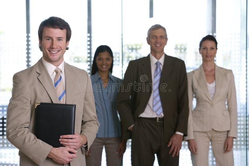 Giovane uomo d'affari con la squadra immagini stock libere da diritti
