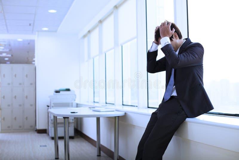 Giovane uomo d'affari depresso fotografia stock libera da diritti