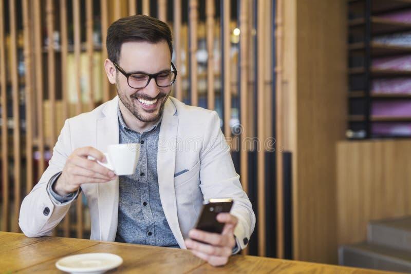 Giovane uomo d'affari Drinking Coffee fotografia stock