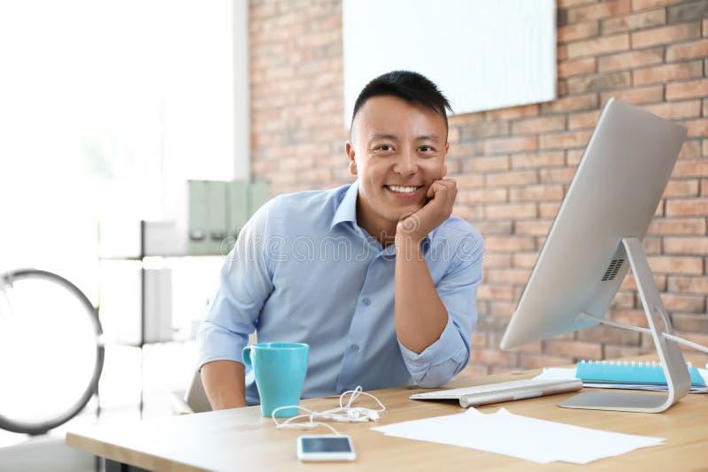 Giovane uomo d'affari felice che gode del momento pacifico immagine stock