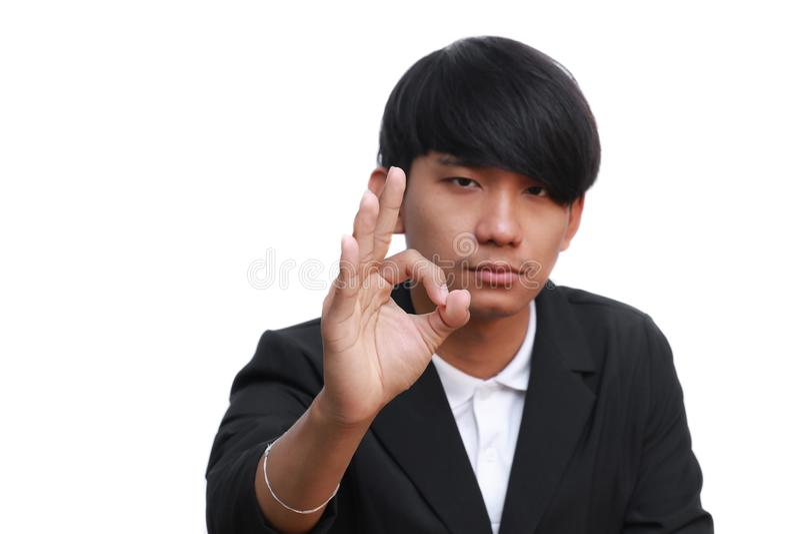 Giovane uomo d'affari felice che mostra segno giusto su fondo bianco fotografia stock