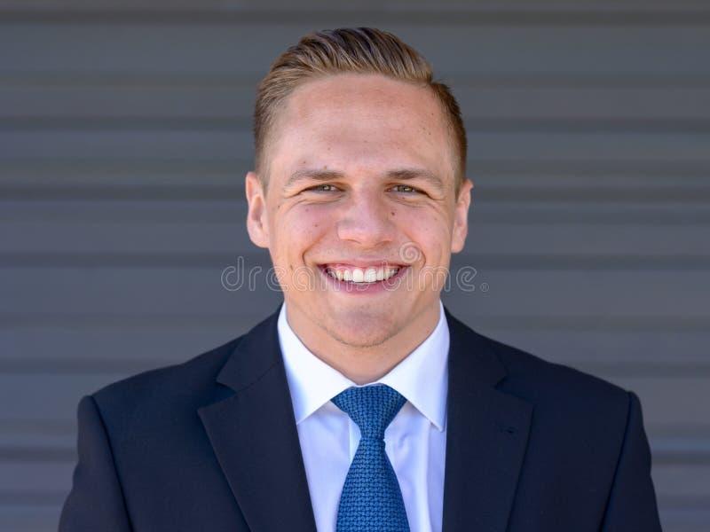 Giovane uomo d'affari felice con un sorriso di orientamento fotografia stock libera da diritti