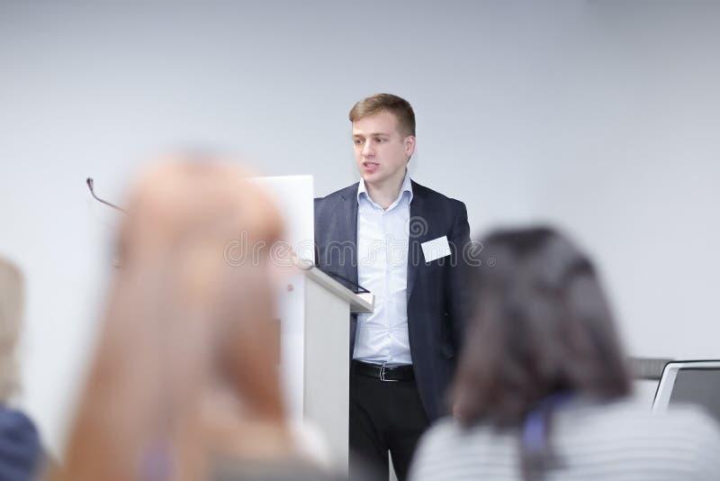 Giovane uomo d'affari Giving Speech In la conferenza immagine stock libera da diritti