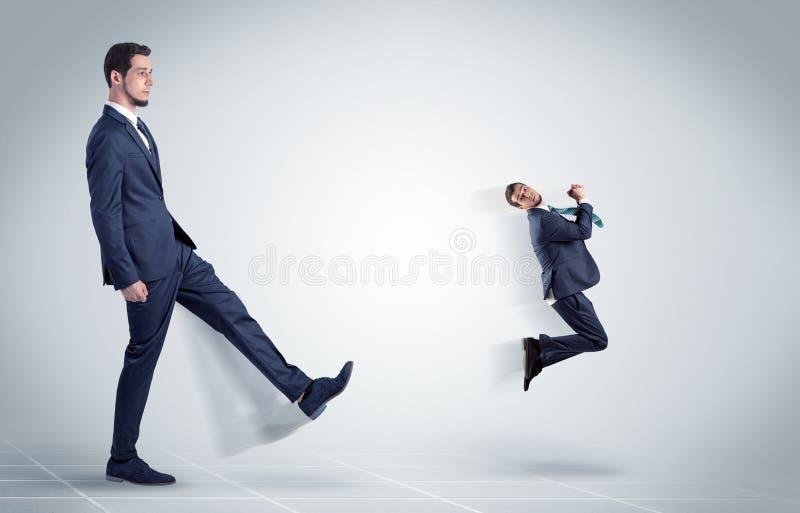 Giovane uomo d'affari infornato dal capo fotografie stock libere da diritti