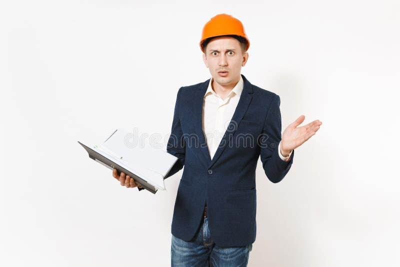 Giovane uomo d'affari interessato in vestito scuro, elmetto protettivo protettivo tenenti cartella nera per il documento e la dif immagine stock