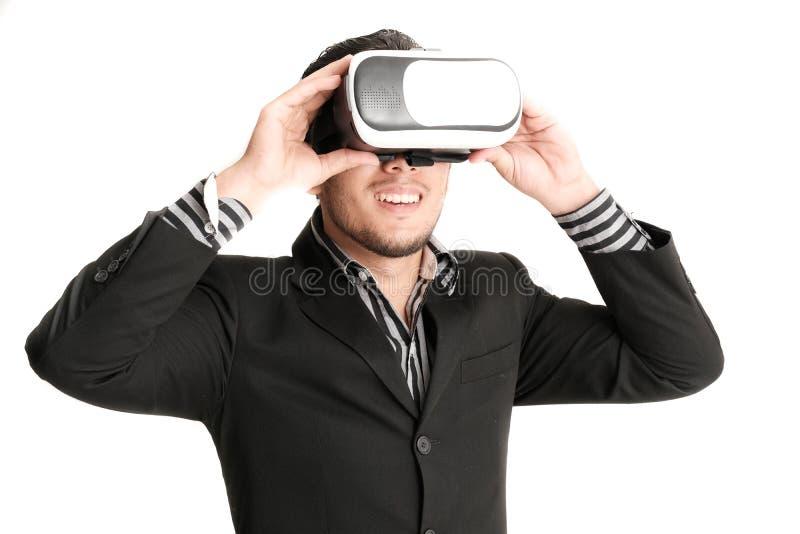 Giovane uomo d'affari isolato con i vetri di realtà virtuale immagine stock libera da diritti