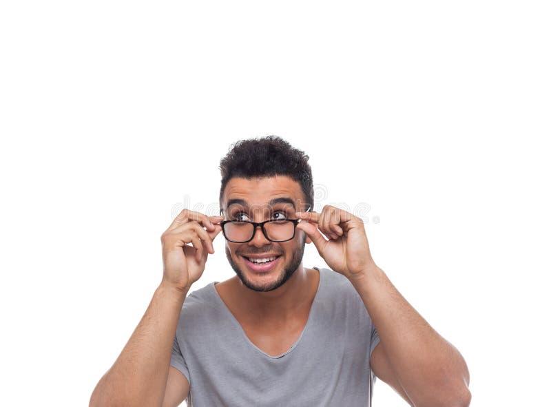 Giovane uomo d'affari Look Aside dell'uomo della tenuta di vetro casuali dell'occhio immagini stock