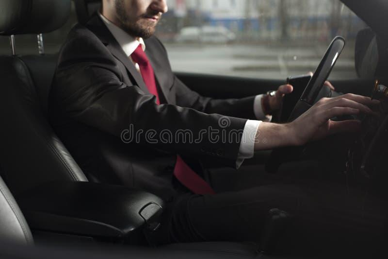 Giovane uomo d'affari maschio che conduce automobile di lusso immagine stock libera da diritti