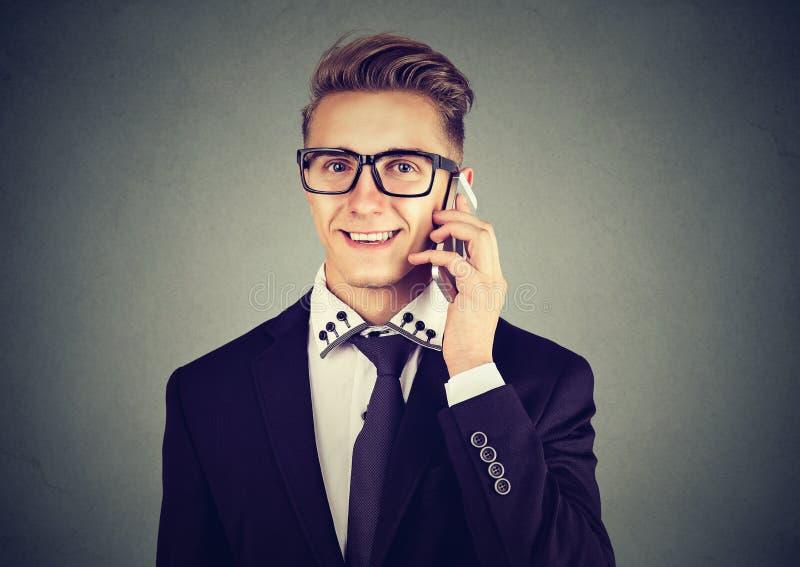 Giovane uomo d'affari moderno bello che rivolge al telefono cellulare immagini stock libere da diritti