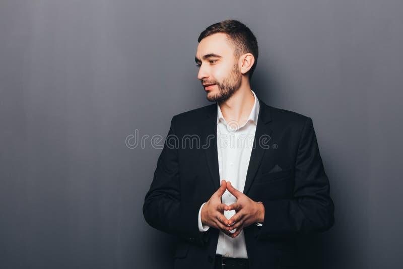 Giovane uomo d'affari nel pensiero del vestito immagini stock