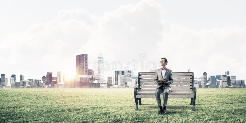 Giovane uomo d'affari o studente che studia la scienza ed il paesaggio urbano al fondo royalty illustrazione gratis
