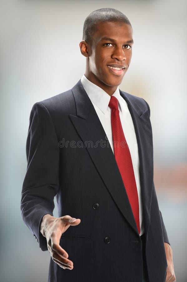 Giovane uomo d'affari Offering Handshake fotografia stock libera da diritti
