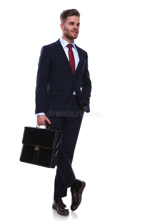 Giovane uomo d'affari rilassato che aspetta il suo bus per lavorare immagine stock