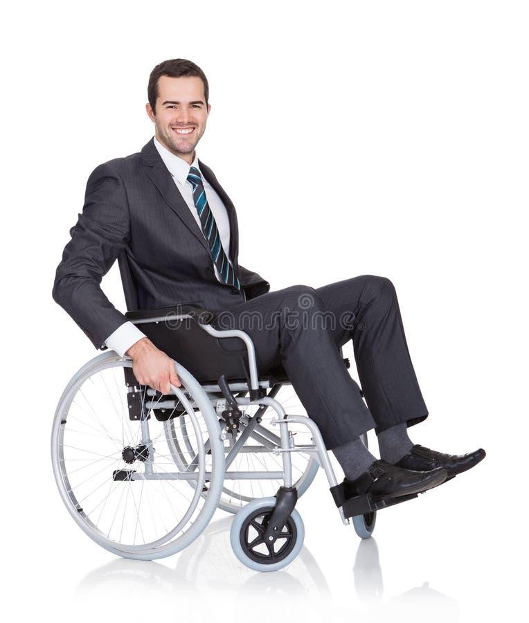 Giovane uomo d'affari in sedia a rotelle fotografie stock