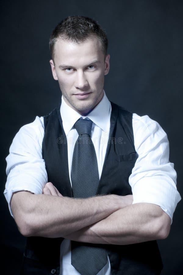 Giovane uomo d'affari serio in cravatta scura immagini stock