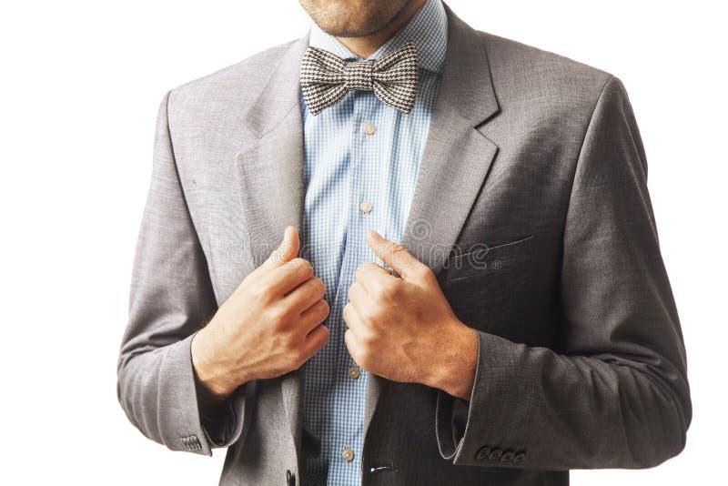 Giovane uomo d'affari sicuro che ripara il suo vestito come simbolo di auto- fotografie stock