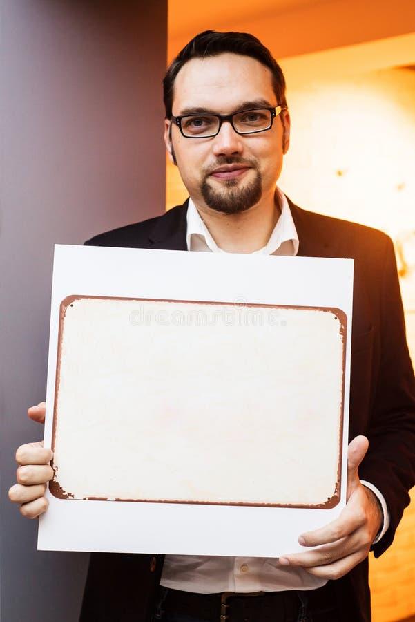 Giovane uomo d'affari sicuro con una carta d'annata fotografia stock